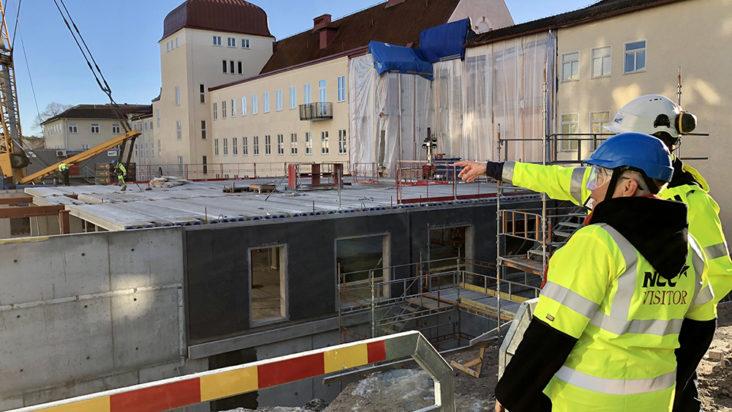 Monica Johansson (S) betraktar bygget på Nyköpings lasarett